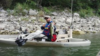 Catch-Photo-Release - Javier Suro sosteniendo lobina en un kayak